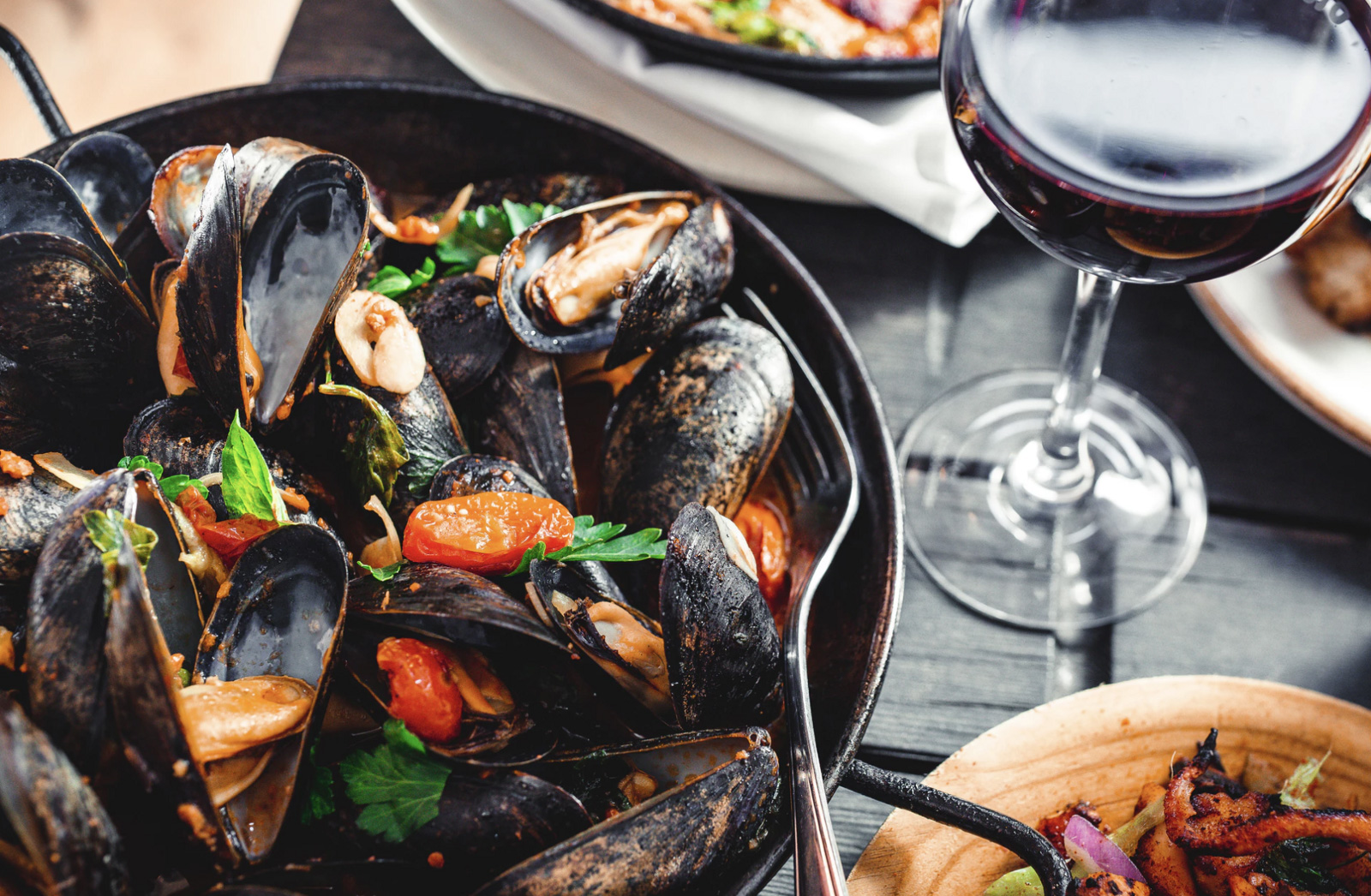 A dinner with muscles and a glass of wine, another food sensitivity to shellfish