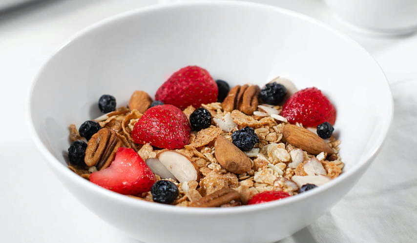 Breakfast cereal with oats and fruit